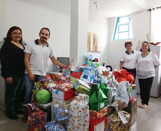 """Uniaraxá entrega presentes da campanha """"Adote uma Cartinha"""""""