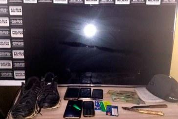 Jovens são presos após assalto à residência e PM recupera itens roubados