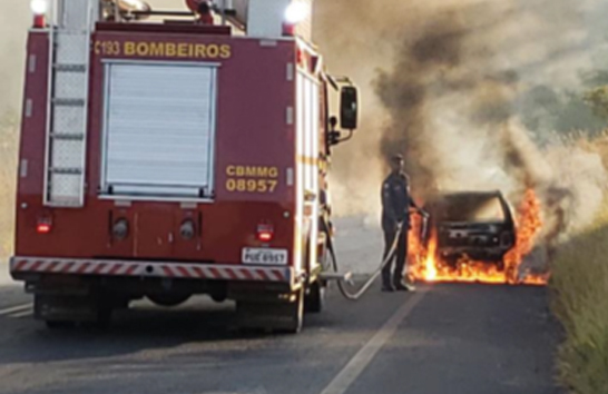 Carro é furtado e incendiado em Araxá