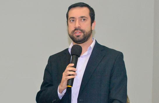 Vereador Raphael Rios manifesta apoio aos servidores da rede estadual de ensino na Câmara Municipal