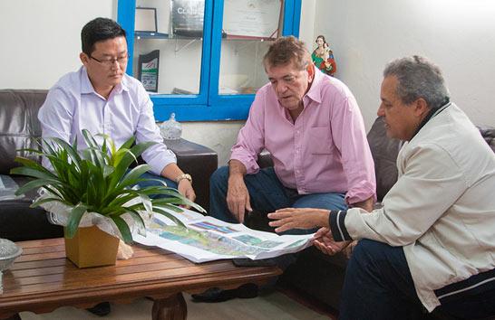 Prefeito recebe projetos de viaduto na rua Uberaba e de Parque Ecológico com teleférico anexo ao Parque do Cristo