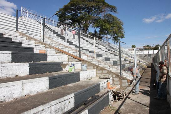 Estádio Fausto Alvim passa por melhorias na estrutura e no gramado