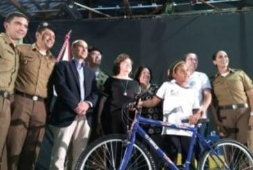 Policiais Militares doam bicicleta para aluna do Proerd
