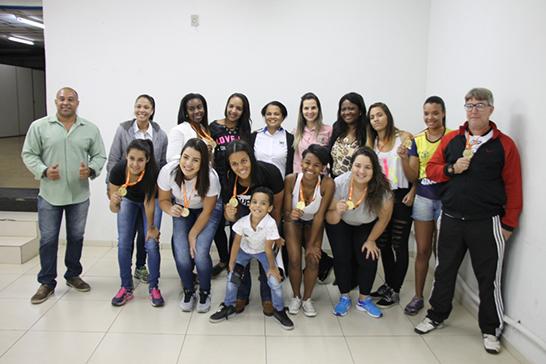Equipe de handebol feminino garante vaga para etapa regional