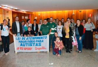 Legislativo aprova inclusão de atendimento prioritário para autistas e acompanhantes