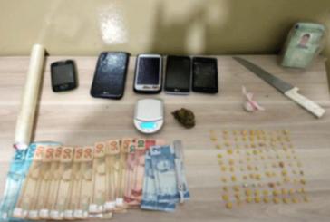 PM prende suspeito de tráfico de drogas e apreende adolescentes
