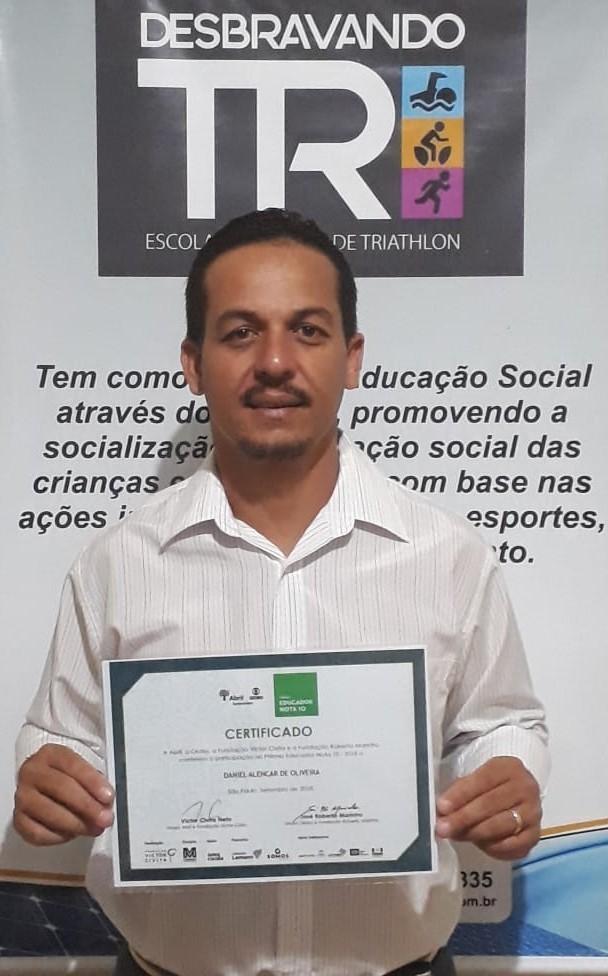 "Egresso do Uniaraxá recebe prêmio Educador Nota 10 com o projeto ""DesbravandoTRI"""