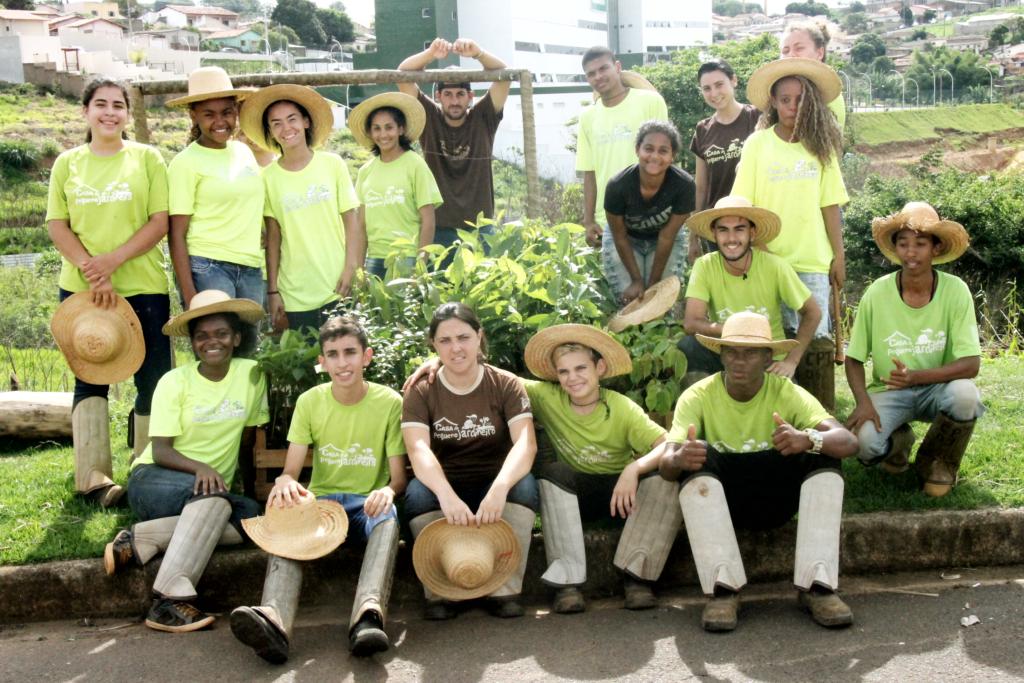 Jovens do Programa Casa do Pequeno Jardineiro plantam mudas em área atingida por incêndio 3