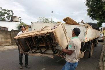 Em ação preventiva, prefeitura recolhe quatro toneladas de entulhos nos bairros