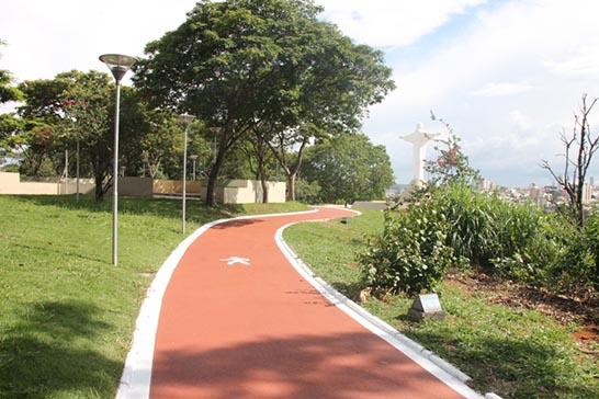 Prefeitura realiza melhorias na pista de caminhada do Parque do Cristo