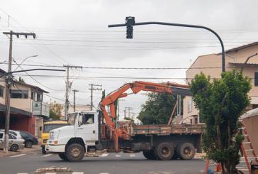 Prefeitura instala semáforo no bairro Santo Antônio
