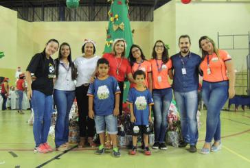 """""""Adote uma Cartinha"""" do Uniaraxá presenteia crianças da comunidade"""