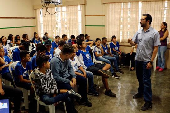 Vereador Raphael Rios aborda políticas públicas em encontro com alunos na Escola Armando Santos