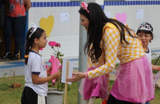 Unidades de ensino coordenadas pela Prefeitura recebem escritores do Fliaraxá