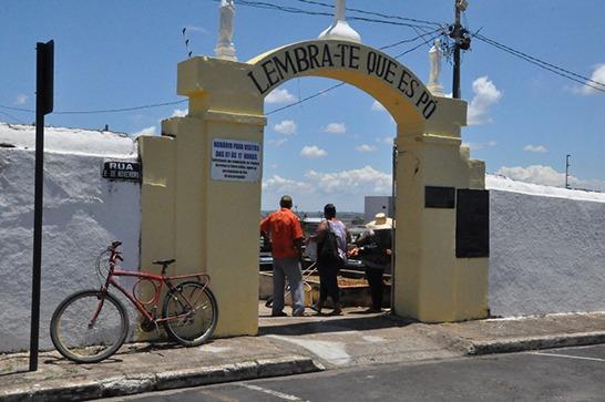 Prefeitura intensifica manutenção nos cemitérios de Araxá