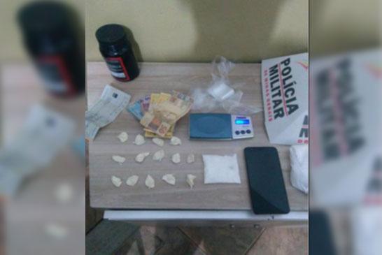 PM prende suspeito de tráfico com papelotes de cocaína
