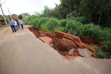 Prefeitura interdita rua com erosão no bairro Novo Pão de Açúcar III